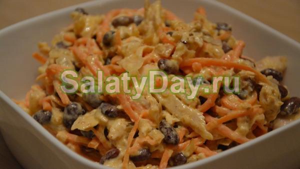 Салат с фасолью, курицей и морковью
