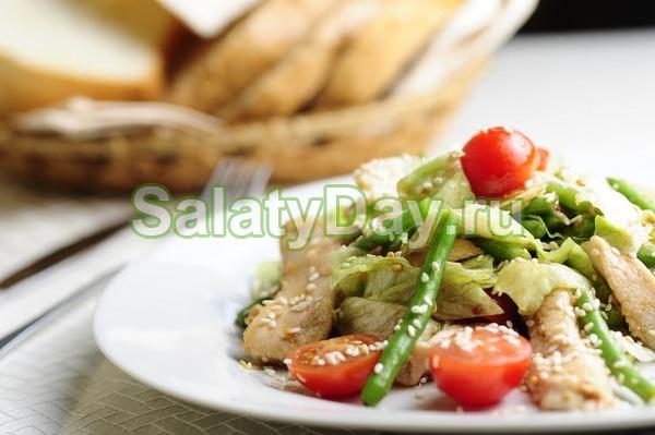 Легкий салат из фасоли, курицы и помидорок черри