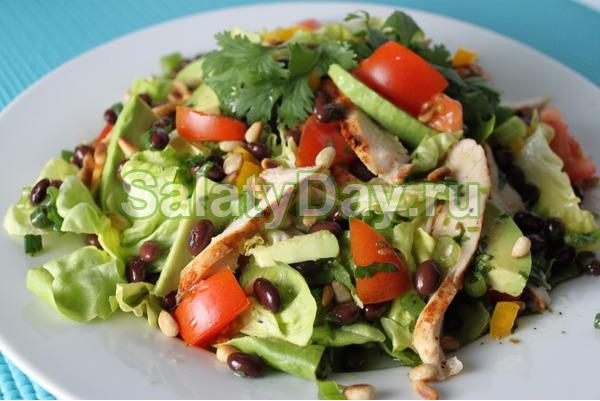 Салат из фасоли и курицы с кедровыми орешками