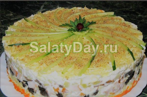 Слоеный салат с копченой курицей, фасолью и курагой