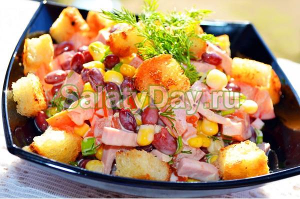 Яркий салат из фасоли с сухариками