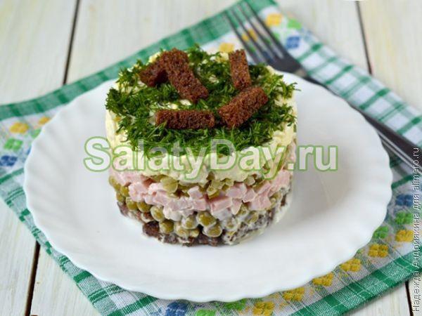 Слоеный салат с ветчиной и сухариками