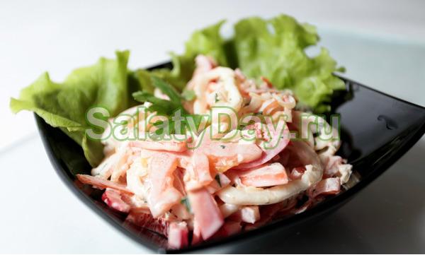 Салат с кальмарами и кукурузой, сухариками