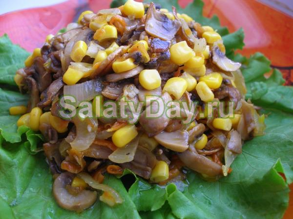 Салат с кальмарами и кукурузой, жареными грибами