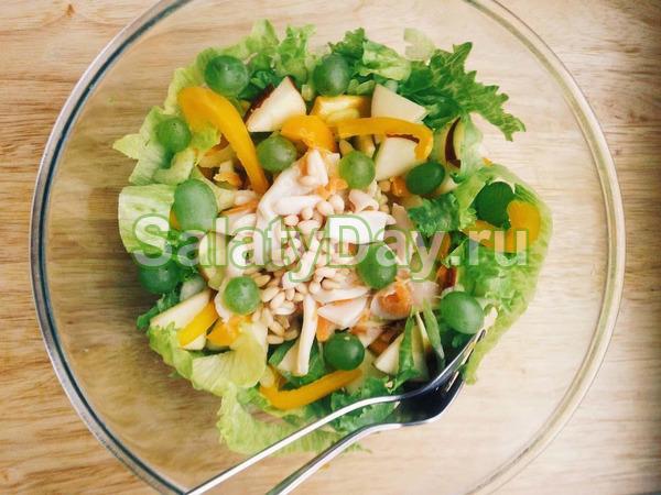 Салат с кальмарами и кукурузой, сладкий
