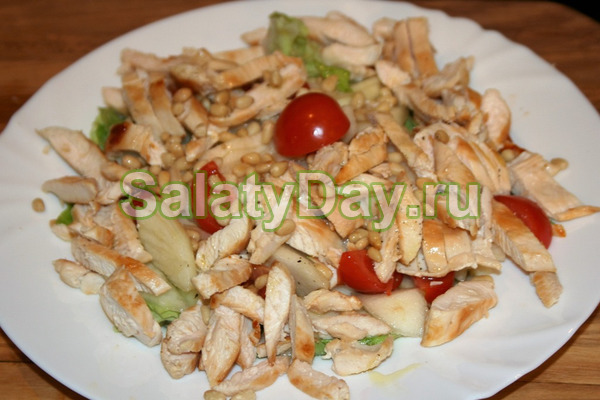 Куриный салат с грушей и орехами кедра
