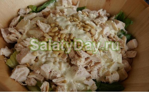 Салат с копченой курицей и кедровыми орешками «Новогодний»