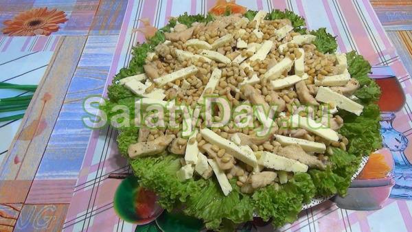 Салат с курицей в медовом соусе, кедровыми орехами и брынзой