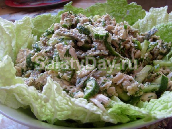 Салат с блинчиками и копченой курицей