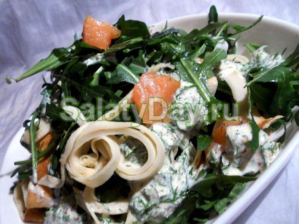 Салат из блинчиков, семги и рукколы
