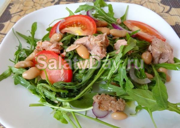 Салат с тунцом, рукколой и фасолью
