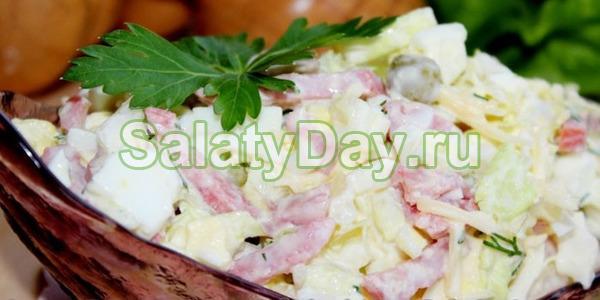 Простой салат с колбасой и капустой