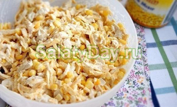 Классический салат с яичными блинчиками и курицей