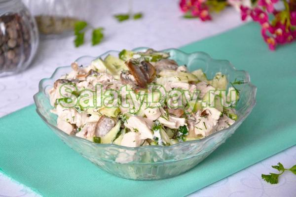 Дешевый вариант салата с колбасой и огурцом