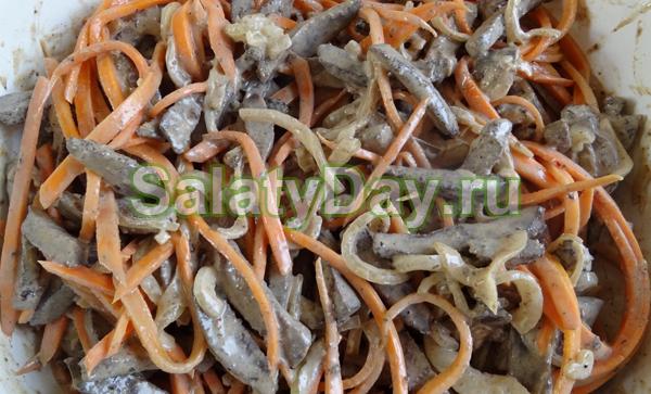 Салат из печени и фасоли с морковью