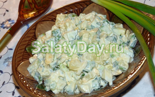 Салат из листьев салата с яйцом и луком - рецепт пошаговый с фото
