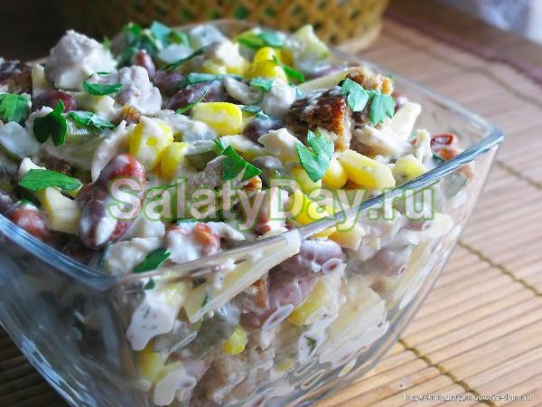 Салат из фасоли с сухариками и кукурузой и грибами