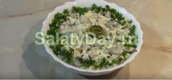 Грибной салат с яйцом и солёными огурцами