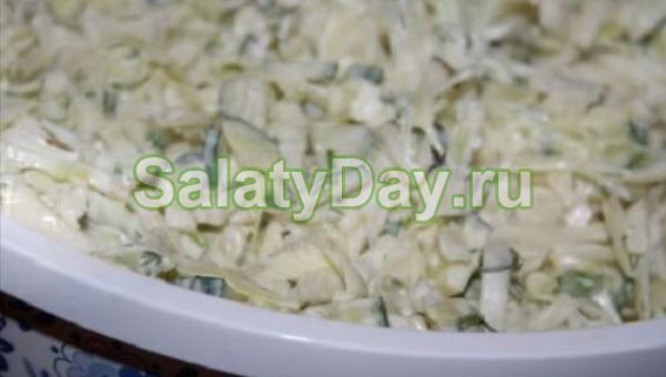 Салат с огурцом, яйцом и капустой