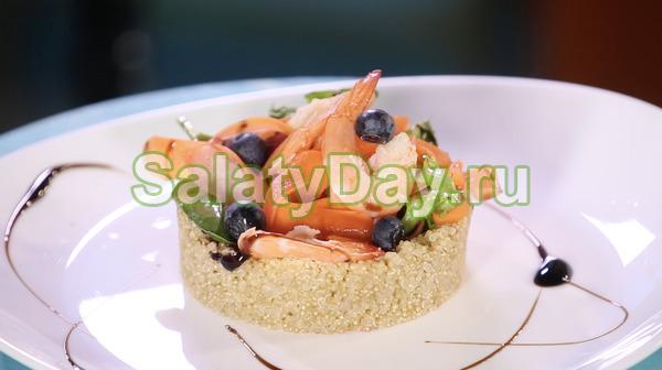 Салат с киноа, креветками и рисом
