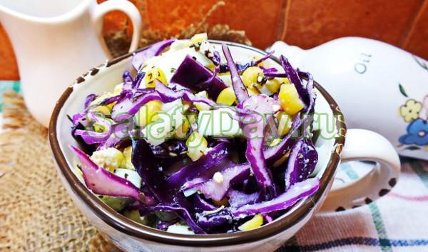 Салат с фиолетовой капустой и яичными блинчиками