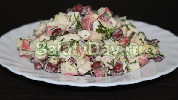 Классический салат с крабовыми палочками и фасолью