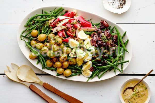 Европейский салат и отварных овощей с яйцом и фасолью