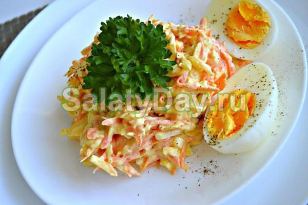 Салат из сырой моркови и крабовых палочек