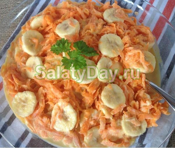 Салат из сырой моркови с бананами