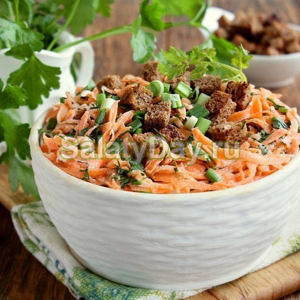 Салат из сырой моркови с сухариками
