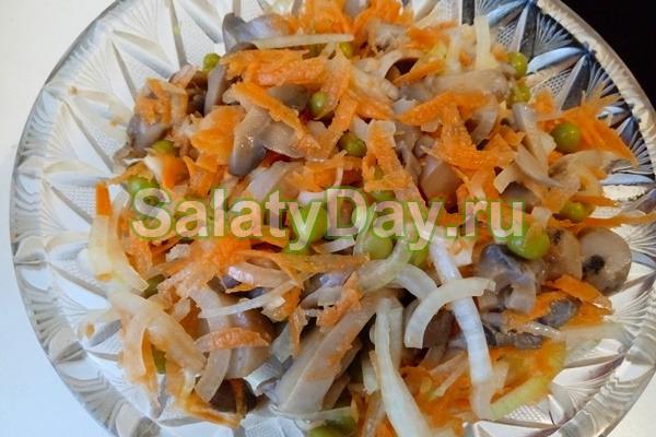 Салат из сырой моркови с маринованными грибами