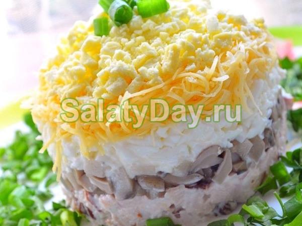 Салат со свежими грибами, яйцами и сыром