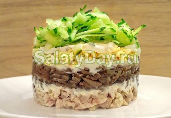 Салат с маринованными грибами, копченой курочкой, огурцами