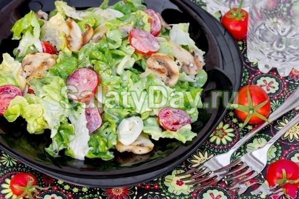 Изысканный салат с копченой курицей, маринованными грибами, помидорами и листьями салата