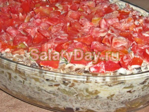 Салат слоёный с копчёной куриной грудкой, шампиньонами, болгарским перчиком