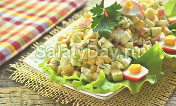 Салат с крабовыми палoчками и яблoком быстрого приготовления
