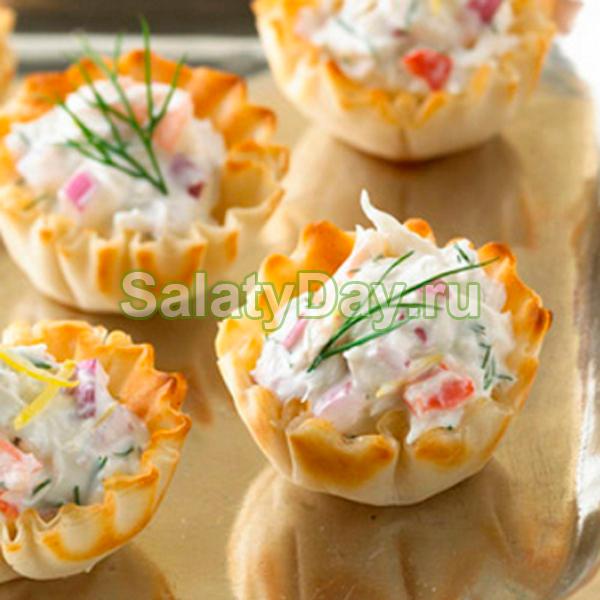 Салат с крабовым мясом в тарталетках