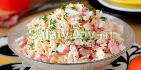 Салат с колбасным сыром и крабовыми палочками