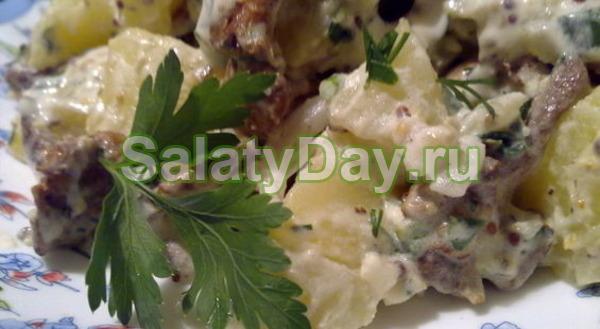 Теплый картофельный салат из лисичек в сметанном соусе