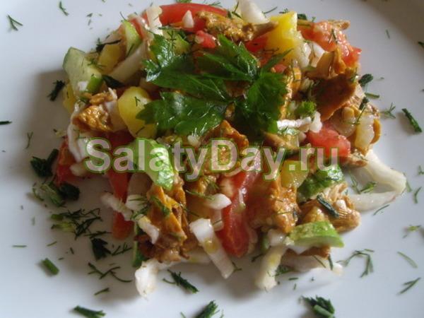 Салат с картофелем, жареными лисичками и китайской капустой