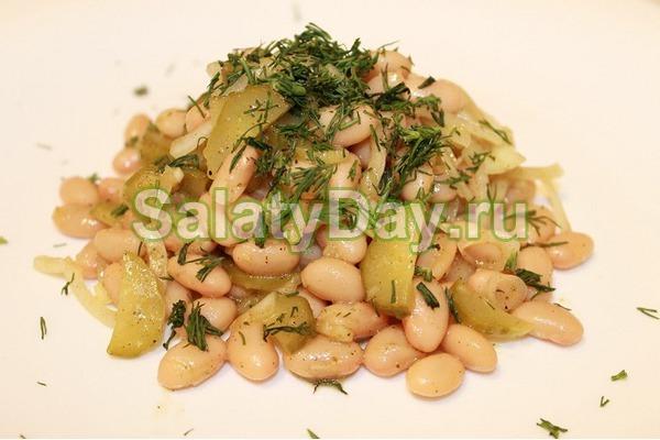 Салат с фасолью консервированной и маринованным огурцом