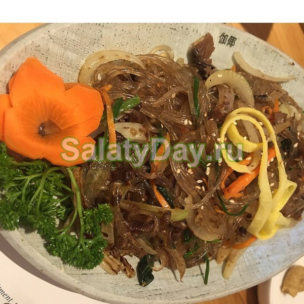 Салат с фунчозой луком и морковкой