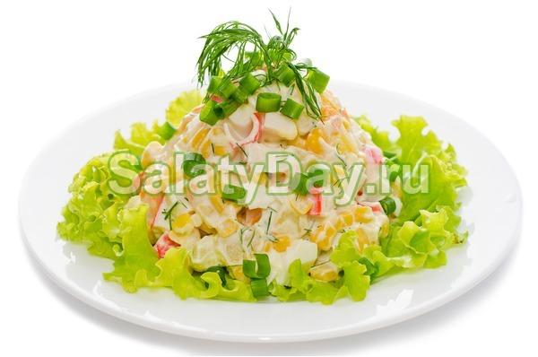Салат крабовый с кукурузой и свежей зеленью