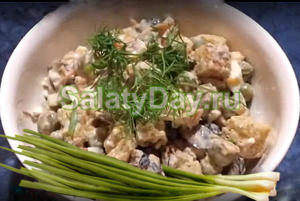 Кукуруза горошек шпроты салат