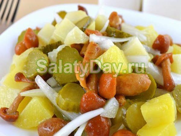 Салат с маринованными опятами, картофелем и соленым огурцом