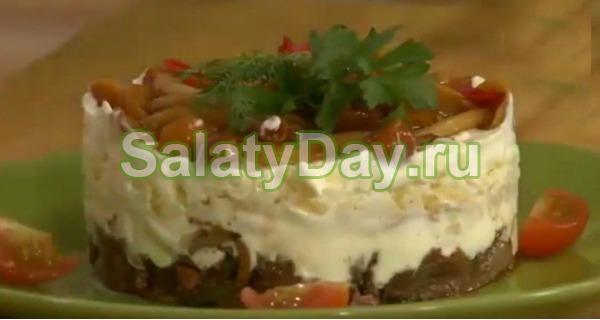 Салат с маринованными опятами и печенью