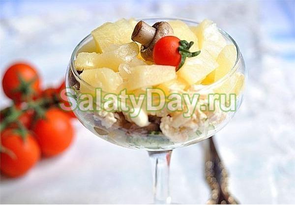 Салат с маринованными шампиньонами и ананасами
