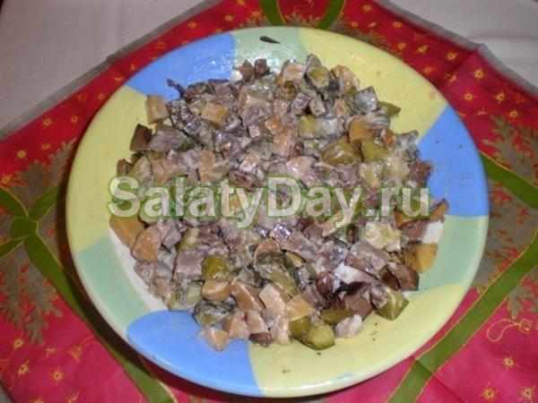 Салат с маринованными шампиньонами, мясом и солеными огурцами