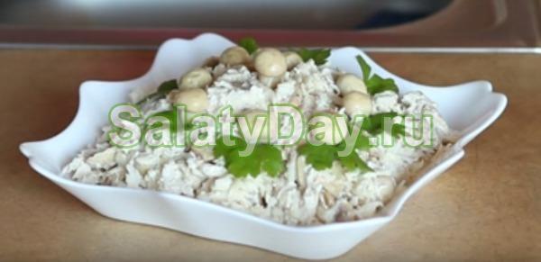 Салат с маринованными шампиньонами и сельдереем