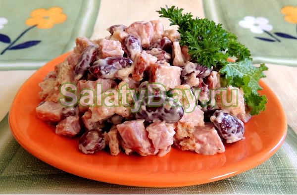 Салат из фасоли с копченой куриной колбасой